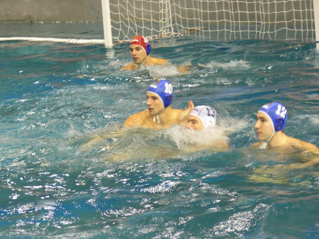 Nem sok esélye volt a hazai játékosoknak a szolnokiak szorításában. A képen Varga Dénes (kék 10-es) és Mitrovic szorítja a honvédost (Fotó: Vizipolo.hu)