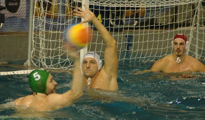 Kiss Gergely (fehér sapkában) végig nagyot küzdött, fontos gólt szerzett (Fotó: Honvéd Vízilabda/Facebook)