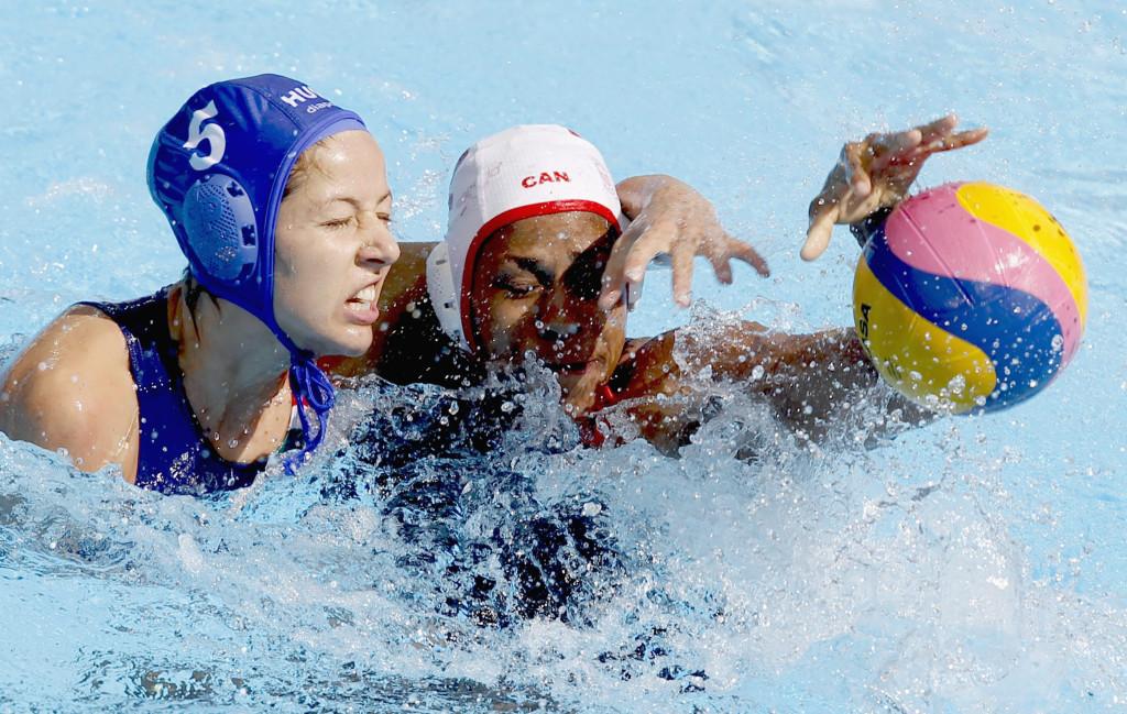 Kazany, 2015. augusztus 3. Szûcs Gabriella (b) és a kanadai Krystina Alogbo a 9-12. helyért játszott Kanada - Magyarország vízilabda-mérkõzésen, a kazanyi vizes világbajnokságon 2015. augusztus 3-án. Magyarország válogatottja 10-7-re nyert. MTI Fotó: Kovács Anikó