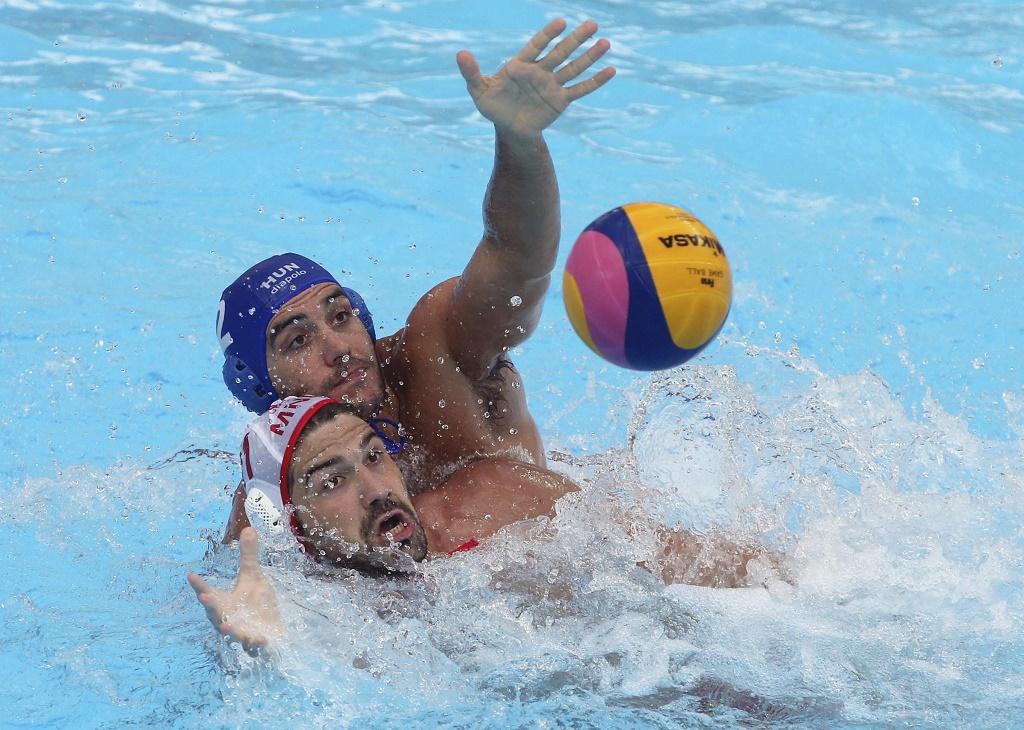 Kazany, 2015. augusztus 8. Gór-Nagy Miklós (j) és a montenegrói Filip Klikovac (b) az 5. helyért játszott Magyarország - Montenegró férfi vízilabda-mérkõzésen a kazanyi vizes világbajnokságon 2015. augusztus 8-án. A magyar csapat a hatodik helyen végzett, miután 10-9-re kikapott Montenegrótól. MTI Fotó: Kovács Anikó