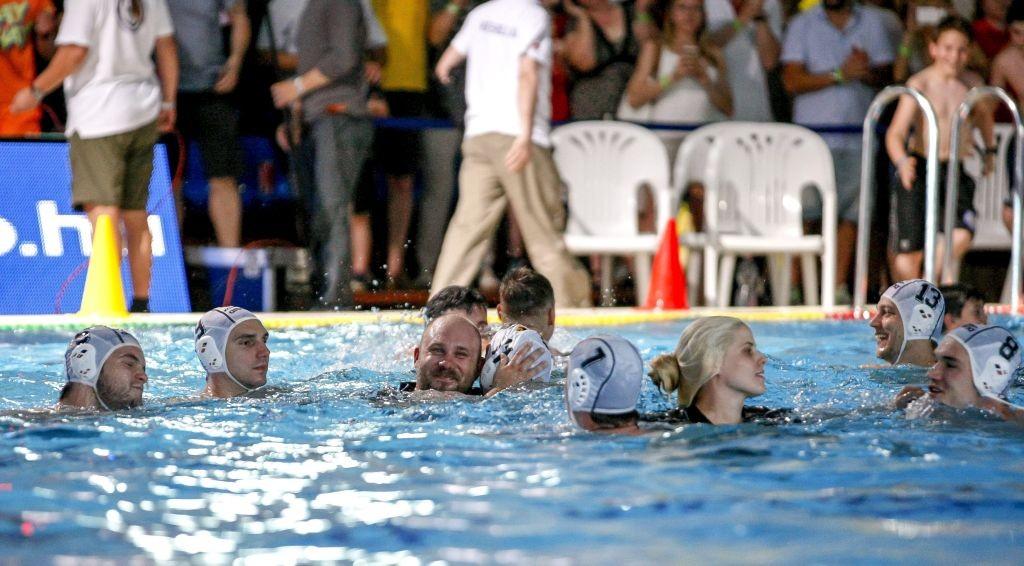 Szolnok, 2016. május 28. Cseh Sándor (b3), a Szolnok vezetõedzõje öleli magához a medencében játékosát, Bedõ Krisztiánt (b4) a férfi vízilabda országos bajnokság döntõjének ötödik mérkõzéseként vívott és 10-8-ra megnyert Szolnoki Dózsa-Közgép - ZF-Eger találkozó végén a szolnoki Vízilabda Arénában 2016. május 28-án. MTI Fotó: Bugány János