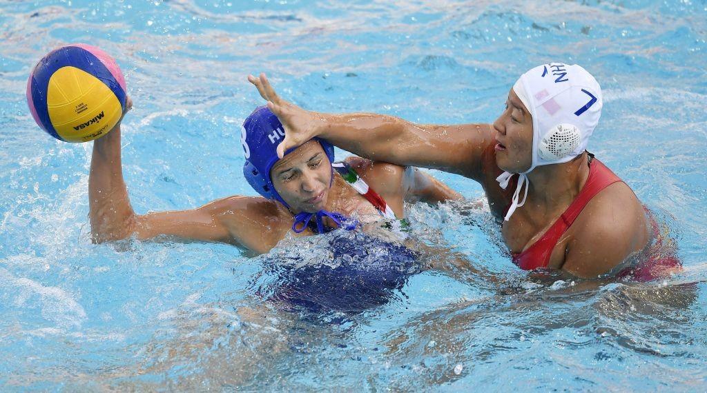 Rio de Janeiro, 2016. augusztus 9. Keszthelyi Rita (b) és a kínai Szung Tung-lun a riói nyári olimpia nõi vízilabdatornáján a B csoport elsõ fordulójában játszott Magyarország - Kína  mérkõzésen a Rio de Janeiró-i Maria Lenk Uszodában 2016. augusztus 9-én. MTI Fotó: Illyés Tibor
