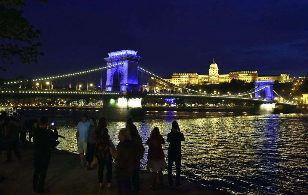 Budapest, 2017. április 14. Kék színnel világítják meg a Lánchidat, a háttérben a budai Vár 2017. április 14-én, három hónappal a vizes világbajnokság kezdete elõtt. A látványosság május és június hónapban is megismétlõdik majd ezen a napon, folyamatosan jelezve a vb indulását. A nyáron július 14. és 30. között Budapesten és Balatonfüreden rendezik meg a 17. FINA Világbajnokságot. MTI Fotó: Máthé Zoltán