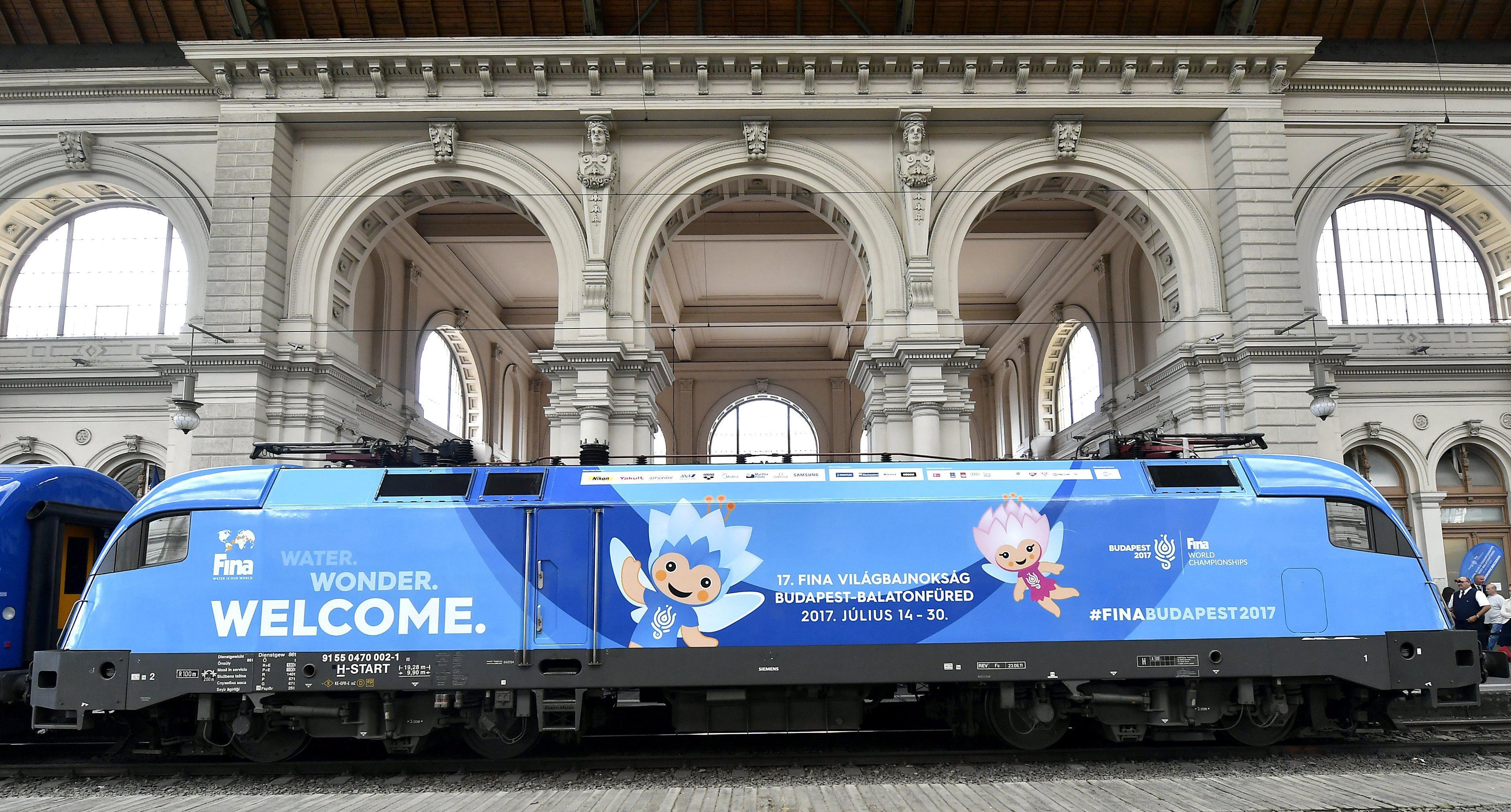 Budapest, 2017. június 12. A 17. FINA világbajnokság arculati elemeivel felmatricázott mozdony bemutatása a Keleti pályaudvaron 2017. június 12-én. MTI Fotó: Illyés Tibor