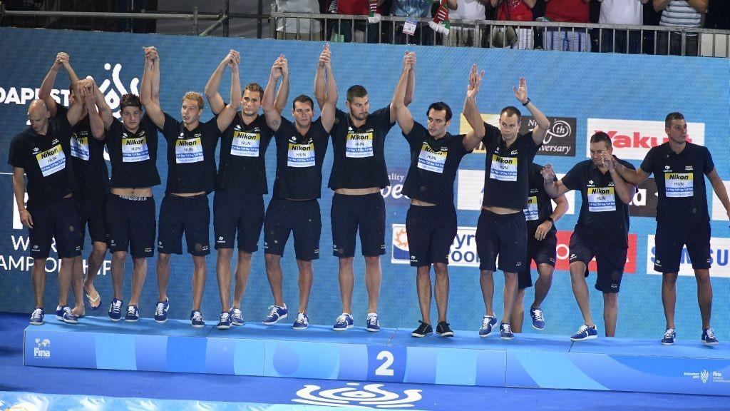 Budapest, 2017. július 29. A második helyezett magyar csapat a 17. vizes világbajnokság férfi vízilabdatornájának eredményhirdetésén a Hajós Alfréd Nemzeti Sportuszodában 2017. július 29-én. MTI Fotó: Czeglédi Zsolt