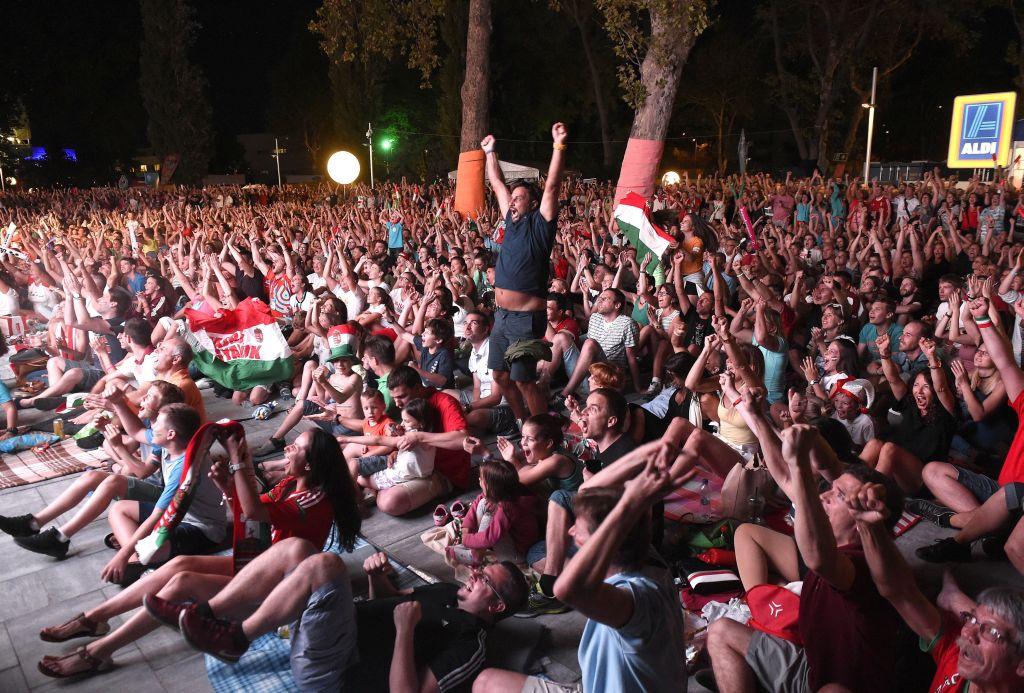 Budapest, 2017. július 29. Szurkolók nézik a 17. vizes világbajnokság férfi vízilabdatornájának döntõjében játszott Magyarország - Horvátország mérkõzést a Duna Arénánál kialakított szurkolói zónában 2017. július 29-én. MTI Fotó: Bruzák Noémi