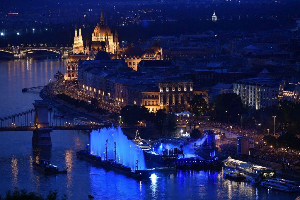 Budapest, 2017. július 14. Megvilágított vízfüggöny a 17. vizes világbajnokság megnyitóján tartott összmûvészeti elõadáson a Lánchíd pesti hídfõjénél, a Duna vizén kialakított alkalmi színpadon 2017. július 14-én. MTI Fotó: Czeglédi Zsolt