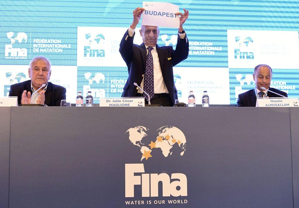 Budapest, 2017. július 17. Julio C. Maglione, a Nemzetközi Úszó Szövetség (FINA) elnöke (k), Cornel Marculescu, FINA ügyvezetõ igazgatója( b) és Huszain al-Muszallam a FINA kuvaiti alelnöke (j) a szövetség budapesti sajtótájékoztatóján 2017. július 17-én. A FINA döntése értelmében a 25 méteres medencés vb-nek 2022-ben az oroszországi Kazany, két évvel késõbb pedig a magyar fõváros lesz a házigazdája. MTI Fotó: Szigetváry Zsolt