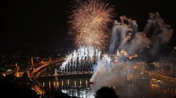 Budapest, 2017. július 14. Tûzijáték a 17. vizes világbajnokság megnyitóján a Lánchíd pesti hídfõjénél 2017. július 14-én. MTI Fotó: Czeglédi Zsolt