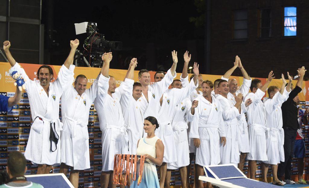 Budapest, 2017. augusztus 13. A gyõztes Millennium játékosai a masters korosztályú vizes világbajnokság férfi vízilabdatornáján a 40+-os korcsoport eredményhirdetésén a Hajós Alfréd Nemzeti Sportuszodában 2017. augusztus 13-án. MTI Fotó: Czagány Balázs