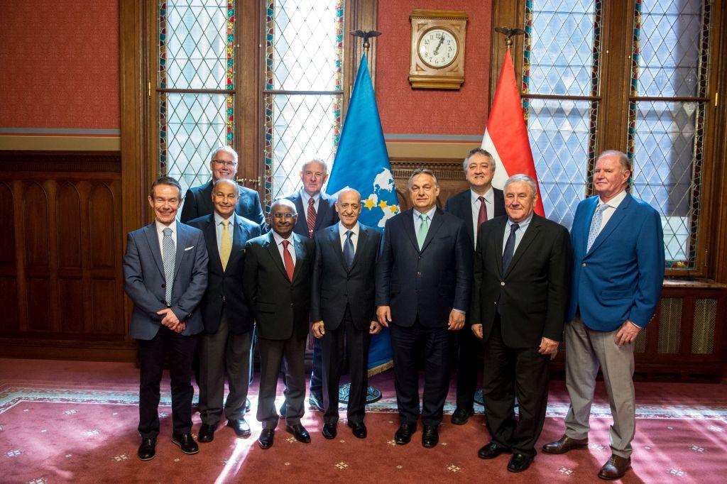 Budapest, 2018. április 27. A Miniszterelnöki Sajtóiroda által közzétett képen Orbán Viktor miniszterelnök (j4) fogadja a Nemzetközi Úszószövetség (FINA) vezetõit a Parlamentben 2018. április 27-én. Mellette Julio C. Maglione, a FINA elnöke (b4), Cornel Marculescu, a szövetség általános igazgatója (j2), Huszain al-Muszalam elsõ alelnök (b2), Sam Ramsamy, második alelnök (b3), Paolo Barelli, alelnök (j3), Pere Miro, a Nemzetközi Olimpiai Bizottság igazgató-helyettese (b), valamint Wladár Sándor, a Magyar Úszó Szövetség (MÚSZ) elnöke, Schmitt Pál volt köztársasági elnök, a Magyar Olimpiai Bizottság (MOB) örökös tiszteletbeli elnöke (hátul, b-j) és Kemény Dénes, a Magyar Vízilabda Szövetség elnöke (j). MTI Fotó: Miniszterelnöki Sajtóiroda / Botár Gergely